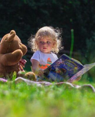 dziecko-w-ogrodzie-zabawki