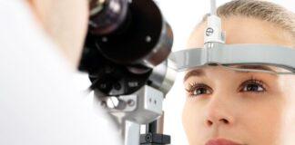 Zaćma - kobieta podczas badania wzroku.